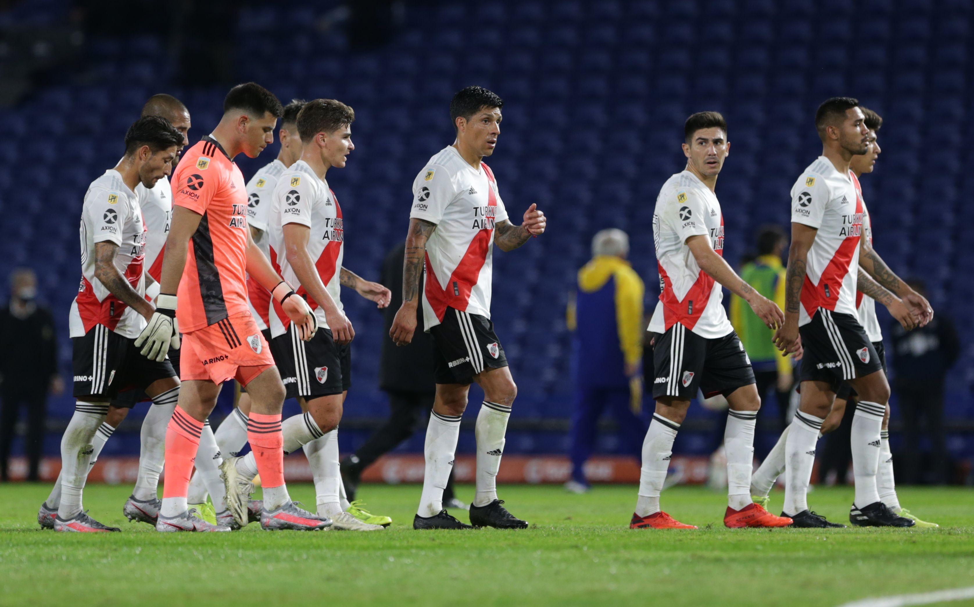 Los futbolistas de River, durante el clásico con Boca, en el que se vieron disminuidos por el COVID-19 (REUTERS/Daniel Jayo)