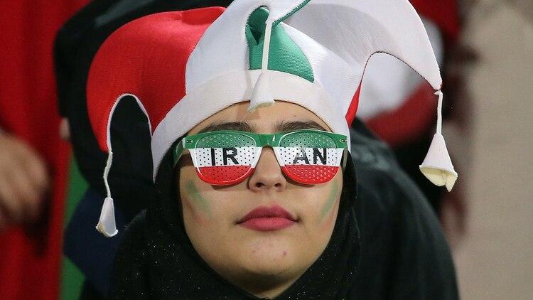 Una de las asistentes al histórico partido de fútbol en un estadio iraní (Photo by ATTA KENARE / AFP)