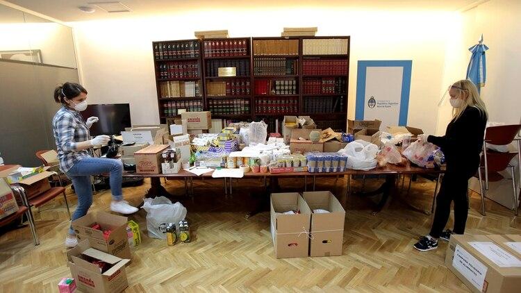 Las donaciones llegan a la Embajada para ser repartidas entre los argentinos varados en Madrid (Facundo Perchevsky)