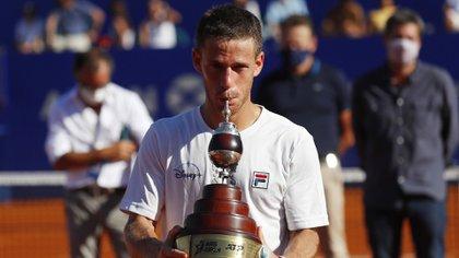 Peque Schwartzman celebra su primer ATP de Buenos Aires. No lo ganaba un argentino desde 2008 (REUTERS/Agustin Marcarian)