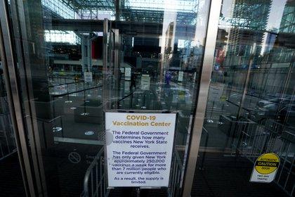 """Las autoridades suspendieron la campaña de vacunación contra el coronavirus """"hasta nuevo aviso"""" (REUTERS/Carlo Allegri)"""