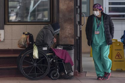 Un indigente espera a ser atendido en el área de emergencias del hospital San José, en Santiago (AFP)