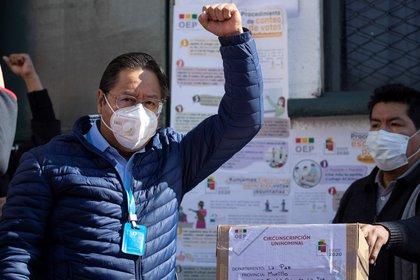 El candidato del Movimiento al Socialismo (MAS), Luis Arce, saluda luego de votar en una escuela en la ciudad de La Paz (Bolivia). EFE/J.  Alves