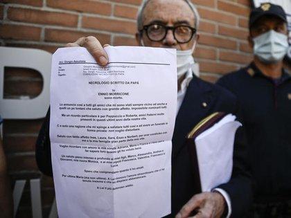 Giorgio Assumma, abogado de Morricone, lee el obituario que escribió el compositor, fallecido este lunes a los 93 años (Foto: Gentileza Corriere della Sera)
