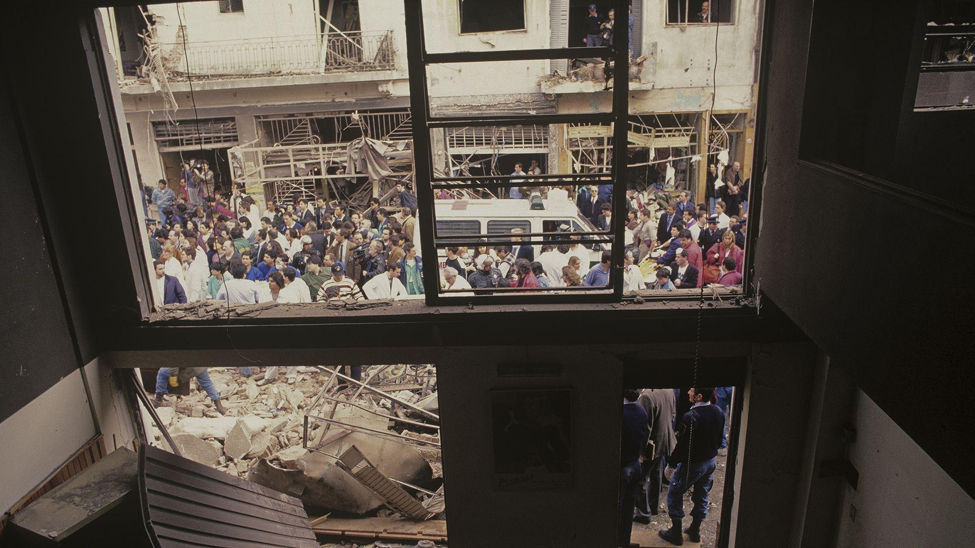 """Quiso subirse a un edificio lindero para fotografiar el desastre desde arriba, pero no lo dejaron porque había riesgo de derrumbe. """"Me pareció que desde adentro de una casa podía aportar un punto de vista distinto"""", consideró el reportero gráfico (Julio Menajovsky)"""