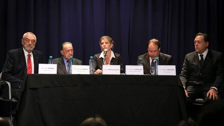 Peritos de la querella de Nisman: Raffo junto a Julio Ravioli, Julio Presman, Daniel Salcedo y la jueza Arroyo Salgado.
