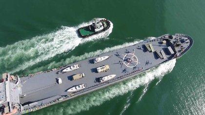 La Guardia Revolucionaria paramilitar iraní anunció la botadura de un pesado buque de guerra con capacidad para transportar helicópteros, drones y lanzadores de misiles (Sepahnews/AP)