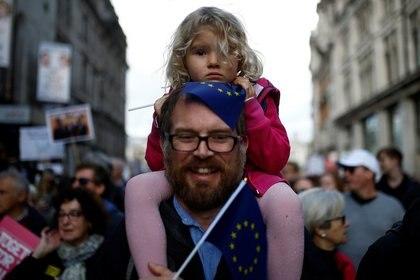 Una de las enmiendas al tratado que se votarán en esta jornada rechaza un Brexit a las bravas y solicita un segundo plebiscito, como demandan miles de personas hoy en las calles de la capital británica (REUTERS/Henry Nicholls)
