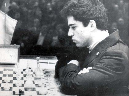 A los 22 años, Garry Kasparov logró vencer a Karpov y consagrarse en el campeón más joven de la historia.