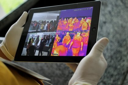 Un personal sanitario controla la temperatura de pasajeros en China REUTERS/Daniel Becerril