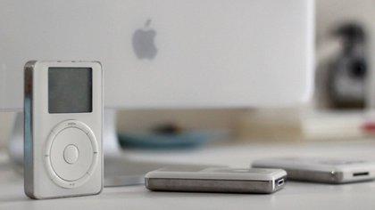 """""""Con iPod, la experiencia de escuchar música nunca será la misma"""", fueron las palabras de Steve Jobs al presentarlo por primera vez. (Foto: Apple)"""