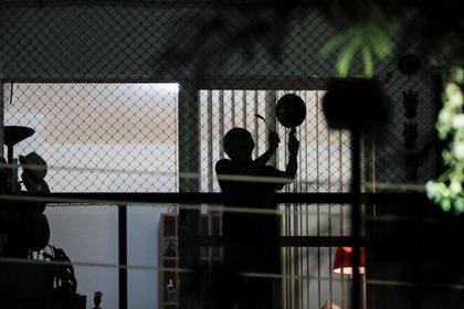 Una persona protesta en su balcón durante un discurso del presidente Jair Bolsonaro, en Brasilia, Brasil. REUTERS/Ueslei Marcelino