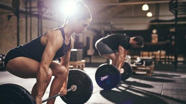 Para tonificar o ganar masa muscular se debe trabajar con sobrecarga de peso (Getty)