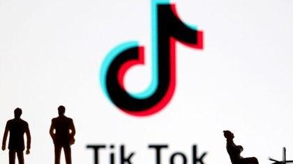 Figuras 3-D frente al logo de Tik Tok en esta ilustración del 7 de noviembre del 2019. Foto tomada el 7 de noviembre del 2019. REUTERS/Dado Ruvic/Ilustración
