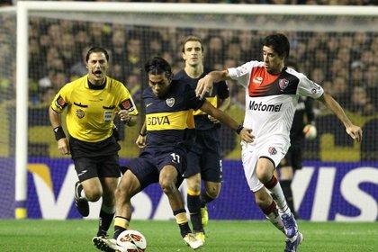 Pablo Pérez jugando para Newell's ante Boca por un partido de la Libertadores 2013 (Fotobaires)