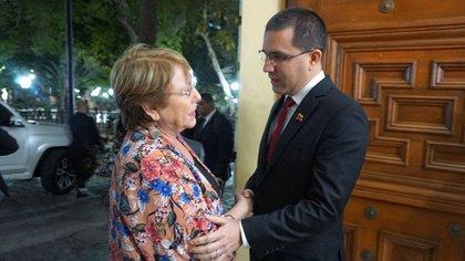 Bachelet saluda a Arreaza (EFE)