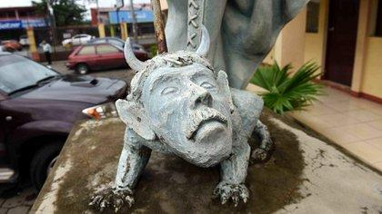 En la Iglesia San Miguel Arcángel, del barrio Linda Vista, en Managua, se localiza una escultura en la que algunas personas encuentran también un parecido entre Daniel Ortega y el demonio representado en ella. (Cortesía de La Prensa)