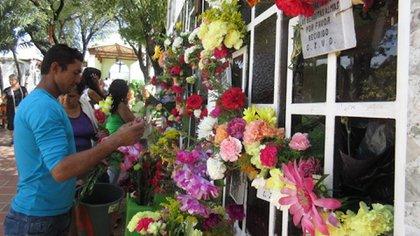 Ciudadanos asistiendo al Día de los Fieles Difuntos en el Cementerio Central de Cúcuta en 2015 / (Colprensa).