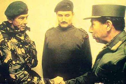 Jeremy Moore (izquierda) aceptando la rendición del jefe militar argentino en Malvinas, Mario Benjamín Menéndez