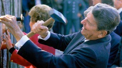 Ronald Reagan ayudando a desmantelar el muro de Berlín en 1989.