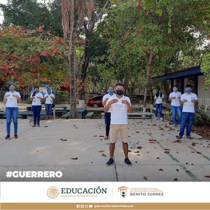 Entrega a beneficiarios del programa de becas Benito Juárez (Foto: Twitter@BecasBenito)