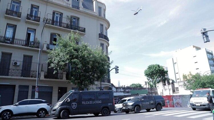 Del operativo participó la Policía de la Ciudad, Bomberos, grupos especiales de la Policía Federal y el personal del SAME