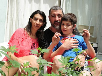 Valeria Salech, junto a su hijo Emiliano, que padece epilepsia y autismo
