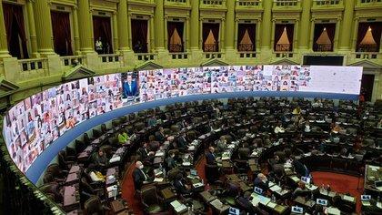 Con 193 legisladores conectados de manera remota y otros 47 en el recinto –manteniendo las distancias recomendadas–, a las 18:12 el presidente del cuerpo de la Cámara de Diputados, Sergio Massa, dio inicio a la primera sesión virtual de la historia del Congreso