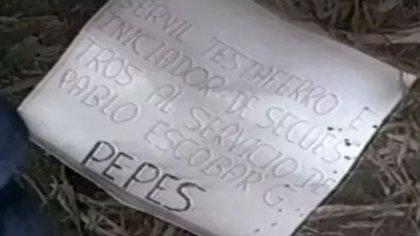 Carteles que dejaban Los Pepes en cada asesinato que cometían, como una advertencia para Escobar y sus colaboradores