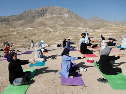 Una clase de yoga para mujeres en las afueras de la capital afgana
