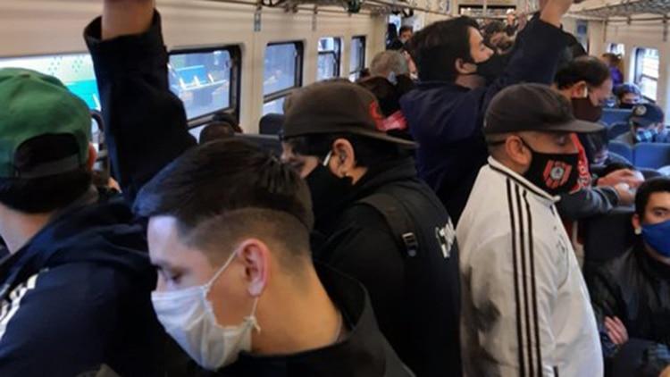 Así se viajaba hoy a las 18 horas en el Tren San Martín. Pasajeros indignados viralizaron las imágenes en redes sociales.
