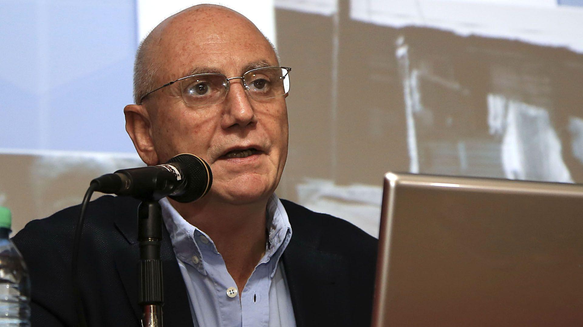 """El director del ODSA, Agustín Salvia, observó que """"hubo un comportamiento heterogéneo, con hogares que pudieron agruparse y sumar planes asistenciales, y por tanto hubo movilidad que le permitió incluso en algunos casos salir del estado de pobreza, tanto por ingreso, como en la medición multifuncional (NA)"""