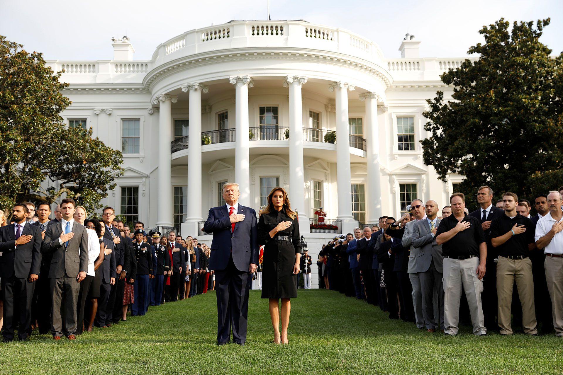 El presidente de los Estados Unidos, Donald Trump, junto a la primera dama Melania, observando un minuto de silencio frente a la Casa Blanca (Reuters)