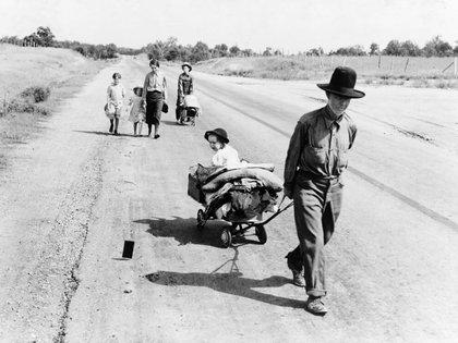 Una familia camina en la carretera, cinco hijos. Partieron de Idabel, Oklahoma. Quieren ir a Krebs (Pittsburg County, Oklahoma 1938, junio)