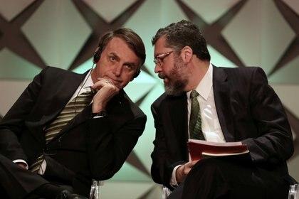 Bolsonaro escucha a su canciller, Ernesto Araujo, durante un foro internacional realizado en San Pablo. REUTERS/Amanda Perobelli