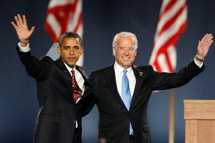 Barack Obama y Joe Biden saludan a sus seguidores en Chicago, el 4 de noviembre de 2008, tras ser declarados presidente y vicepresidente electos. El principal desafío de Biden ahora, como candidato presidencial, es replicar el poder de convocatoria elector que tuvo Obama en 2008 (REUTERS/Jim Bourg/File Photo)