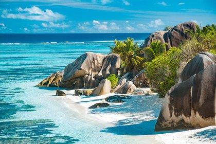 Ubicado a menos de mil seiscientos kilómetros de la costa del este de África, este remoto archipiélago del Océano Índico ha atraído a los viajeros durante mucho tiempo con la promesa de ser el escenario ideal de descanso en la playa y buceo en arrecifes de coral