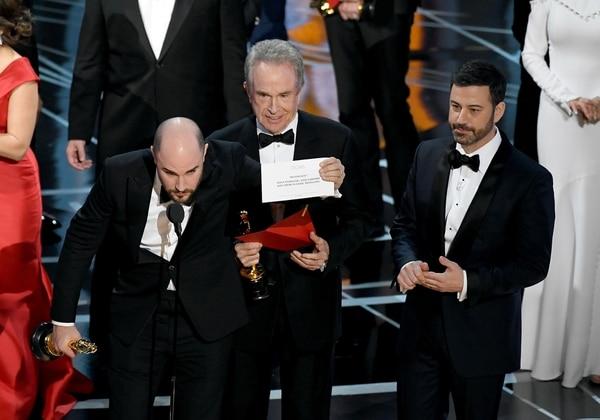 """El productor de """"La la Land"""" Jordan Horowitzmuestra el sobre con el nombre """"Moonlight"""", ganadora de la """"Mejor película"""". A su lado el actor Warren Beatty y el presentador Jimmy Kimmel (Photo by Kevin Winter/Getty Images)"""