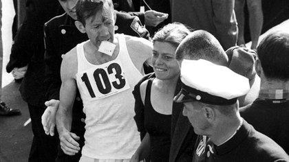 Roberta Louise Gibb llegando a la meta en 1966