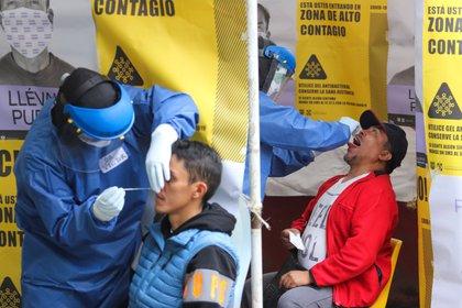 Trabajadores del sector salud se encuentran aplicando las pruebas rápidas (Foto: José Pazos/ EFE)