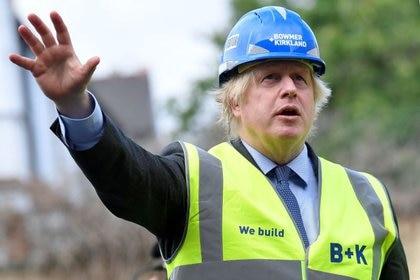 El primer ministro británico, Boris Johnson, durante una visita la construcción del centro de eduación secundaria Ealing Fields al oeste de Londres, Reino Unido, el 29 de junio de 2020. REUTERS/Toby Melville/Pool