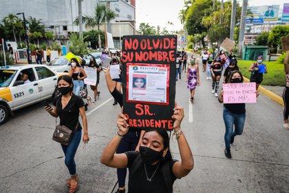 """Con consignas como """"Mujer escucha, únete a la lucha"""", """"Si tocan a una respondemos todas"""", y """"Estoy aquí porque ya no quiero que ninguna falte"""", la manifestación de feministas recorrió las principales avenidas de Acapulco (Foto: EFE/David Guzman)"""