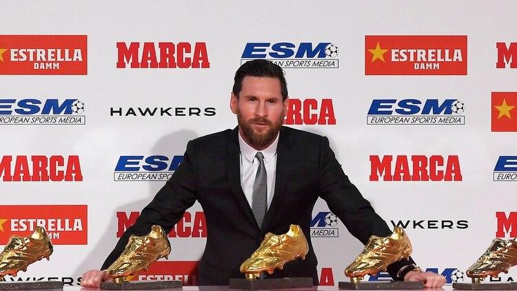 La imagen del argentino con las cinco Botas de Oro: convirtió 34 tantos en la temporada 2017/2018 (AFP)
