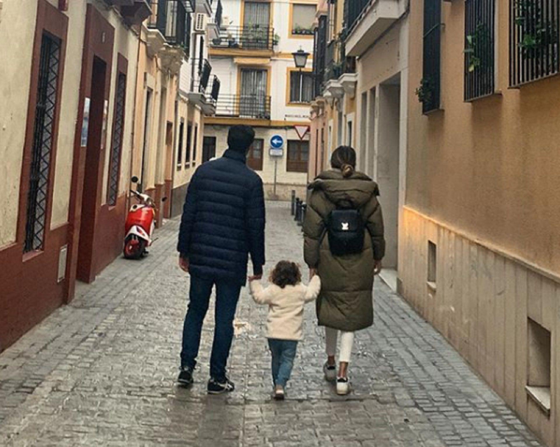 La familia Urtubey-Macedo caminando por las calles de Sevilla