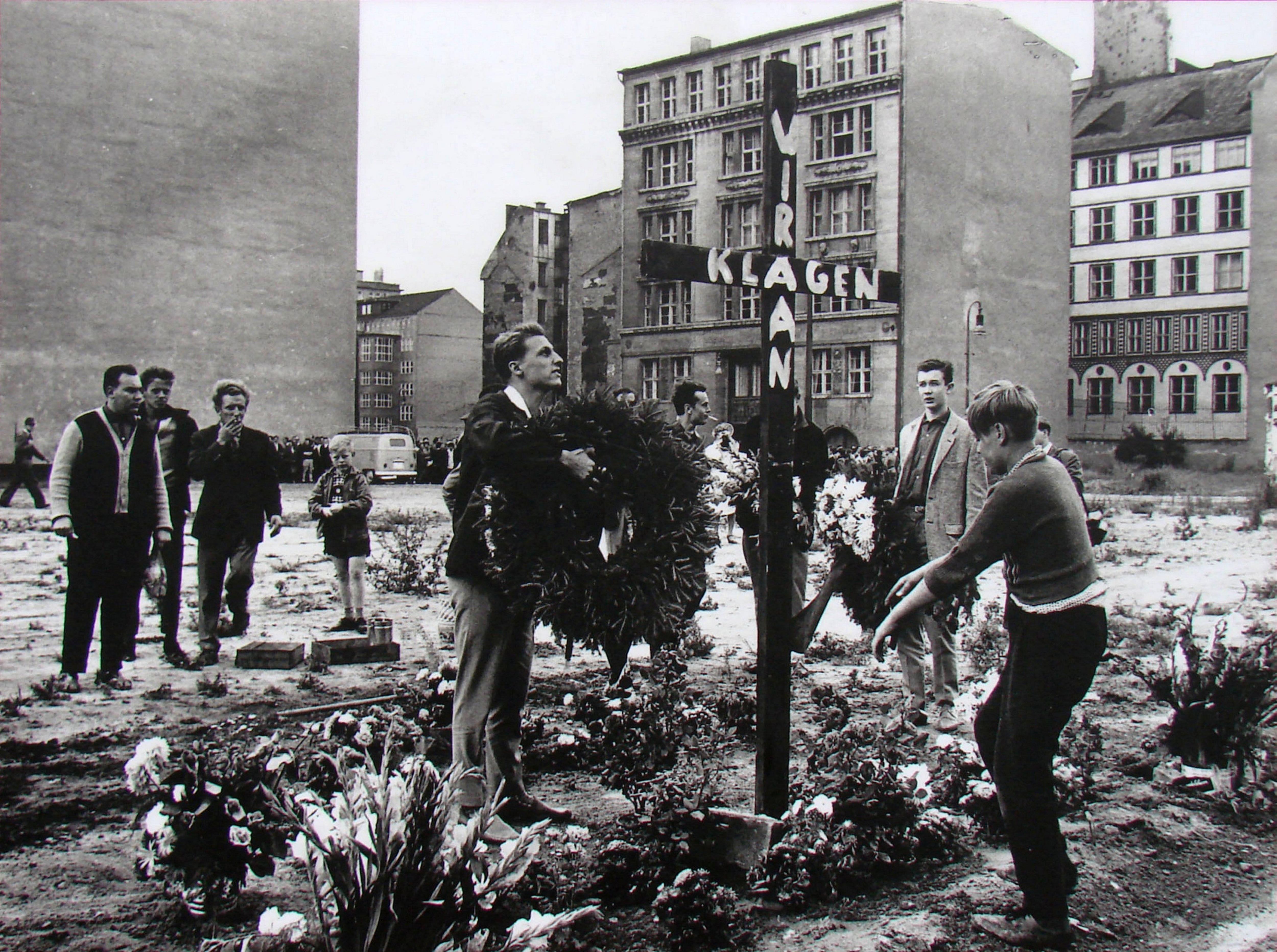 Un homenaje a Peter Fechter, el obrero de Alemania Oriental que fue acribillado mientras intentaba trepar el muro para escapar en 1962
