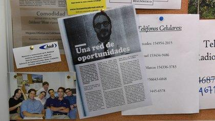 Celulares y notas periodísticas hablando del boom de Internet (Maximiliano Luna)