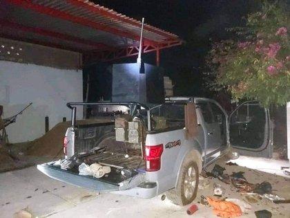 Según la FGR, los dos sujetos detenidos fueron vinculados a proceso, pues son probables responsables de un delito de violación a la Ley Federal de Armas de Fuego y Explosivos (Foto: Twitter@iLuisValenzuela)