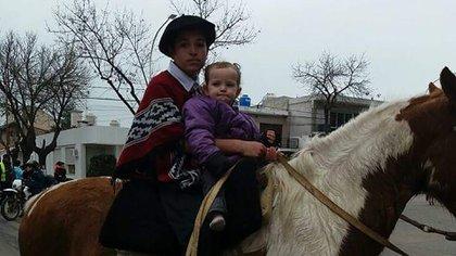 Jonás y Josefina a caballo. El chico de 13 años era fanático de las jineteadas