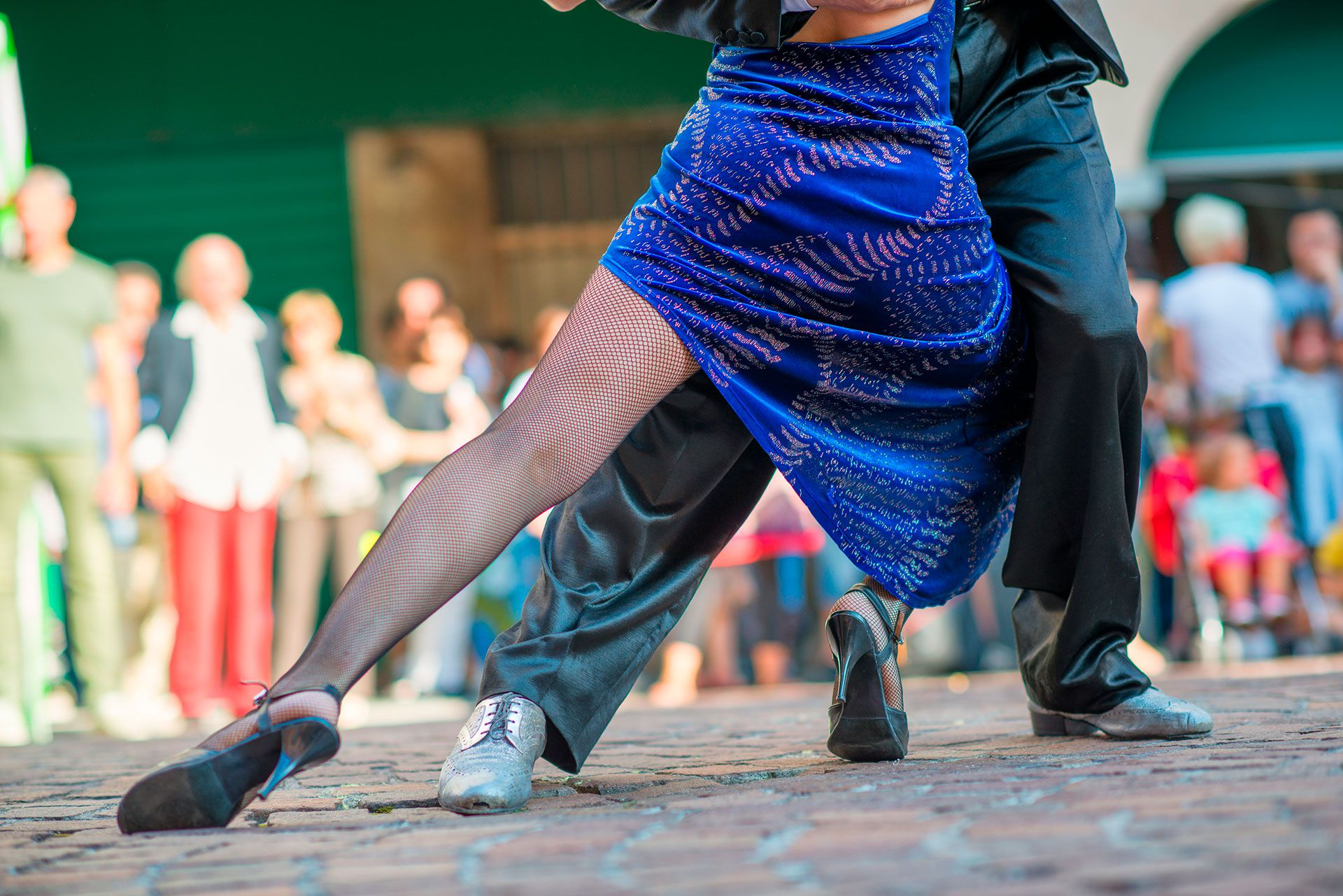 Para una dosis de autenticidad, recomiendan a los turistas dirigirse el barrio de Belgrano para encontrar La Glorieta al aire libre (sin sitio web, entrada gratuita), donde las parejas de diferentes edades bailan bajo las luces de un quiosco de música octagonal a la sombra de un edificio de departamentos de gran altura (Shutterstock)