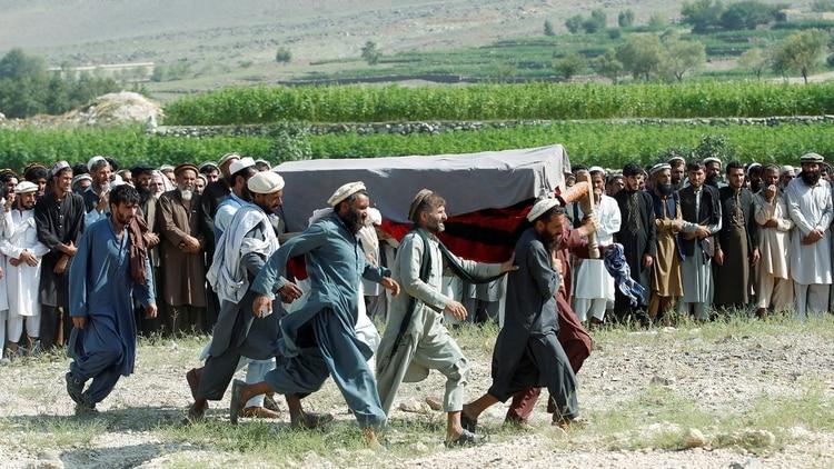 El funeral de una de las víctimas de un atentado en la provincia de Nangarhar (Reuters)